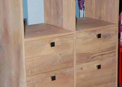 handgemaakte kast met lades en open vakken